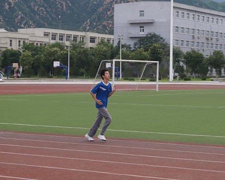 为什么在运动场跑步时都沿着逆时针方向跑