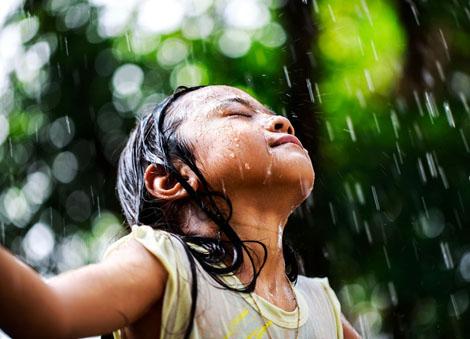 在雨中少淋雨的方法 到底是走还是跑
