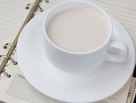 """【辟谣】""""晚上一杯奶 有个好睡眠""""是真的吗?"""
