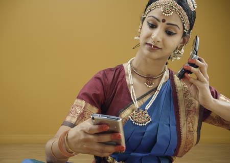 """印度妇女额头上的""""美人痣""""是用来装饰的吗"""