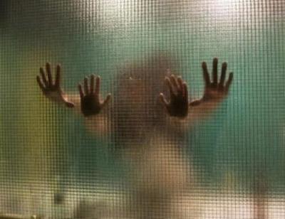 手指用力滑过玻璃为什么会发出声音