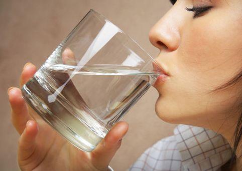 """水喝多了会""""中毒""""吗?"""