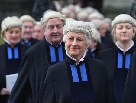 为何英国的法官和律师要佩戴假发