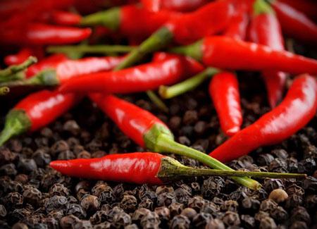 用辣椒作为水果作料的墨西哥人