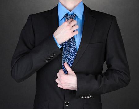 西服的衣袖上为什么要钉三颗纽扣