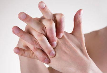 为什么压指关节时会咔咔地响 这会导致关节炎吗