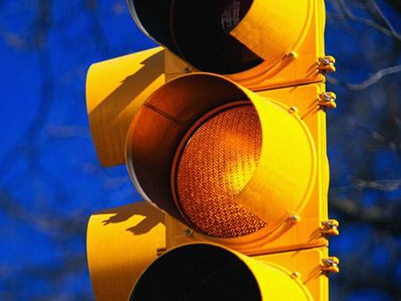 谁发明了黄色交通灯?中国人胡汝鼎发明
