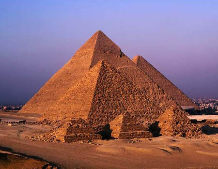 古埃及的法老们为什么要修建巨大的金字塔做坟墓