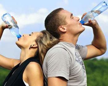一个人每天至少要喝8杯水吗