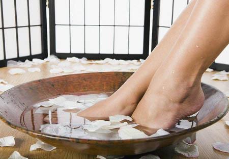 为什么手和脚在水中泡的时间一长就会干缩起皱