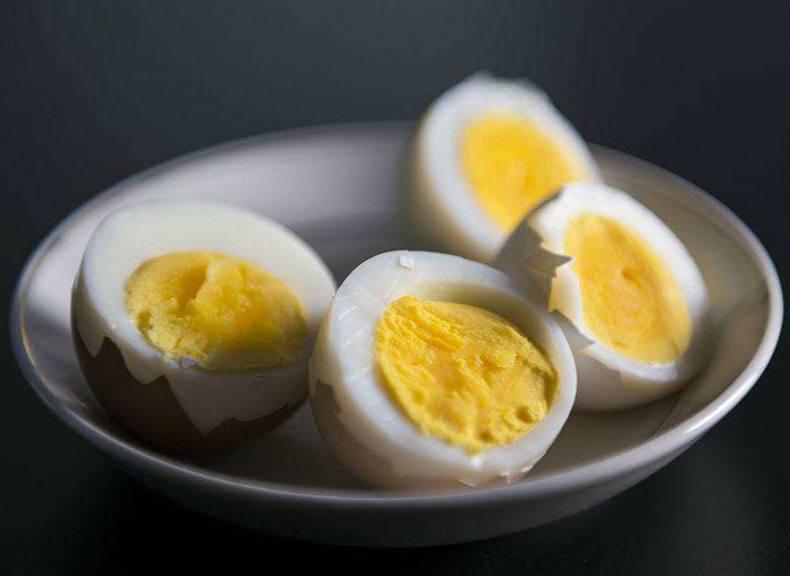 煮鸡蛋时蛋黄表面为何会出现灰绿色