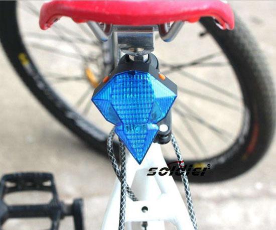 自行车尾灯里没有灯泡为何能发亮