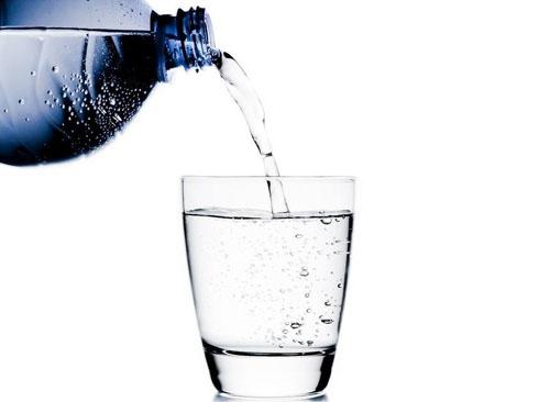 倒热水时厚的玻璃杯更容易炸裂