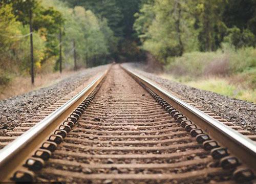 """铁路上的钢轨为什么要做成""""工""""字形"""
