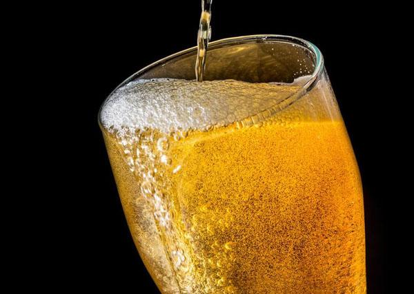 倒啤酒时气泡是怎么产生的