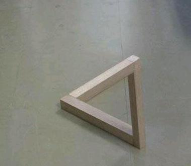 这个三角是直立的还是平放的
