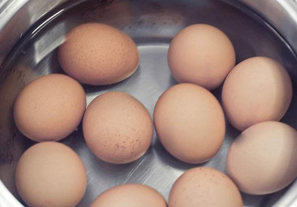 为什么刚煮熟的鸡蛋在冷水中浸泡后较容易剥壳
