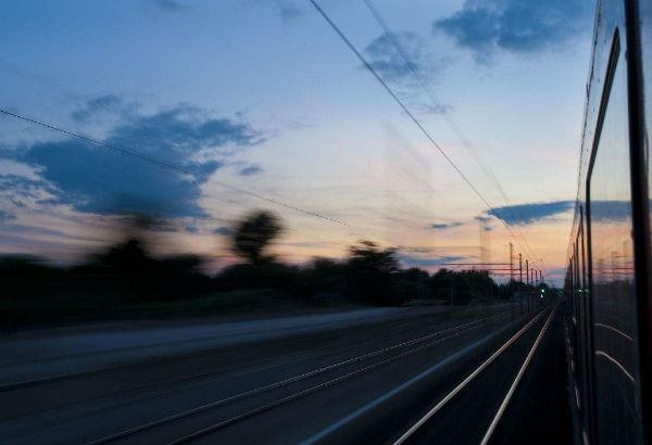 为什么在火车上看外面的物体反向移动