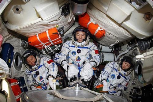 航天员乘飞船升空时为什么要半躺着