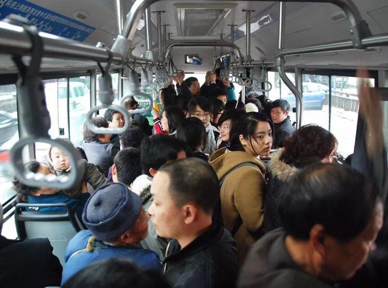 公交车超载的标准是什么?1平米最多站8人